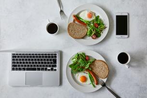朝食とコーヒーとスマートフォンとノートパソコンの写真素材 [FYI01605071]