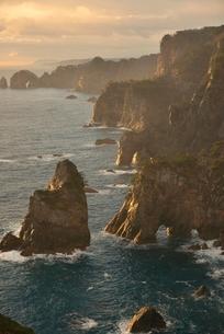 夜明けの海岸の写真素材 [FYI01605072]