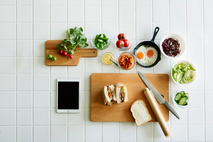 キッチンでサンドウィッチを作るの写真素材 [FYI01605113]