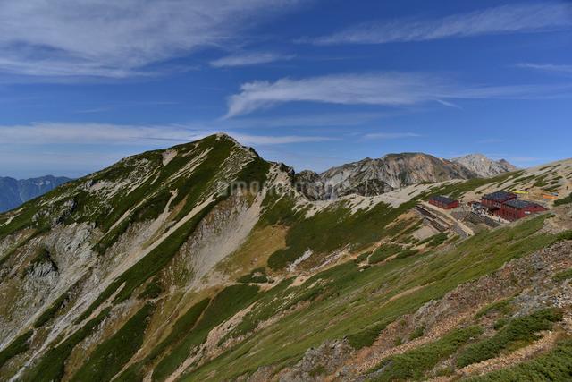 唐松岳頂上山荘と唐松岳の写真素材 [FYI01605117]