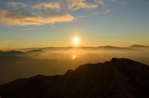 ご来光を見る登山者の写真素材 [FYI01605120]