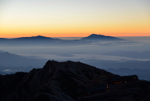 ご来光を待つ登山者の写真素材 [FYI01605122]