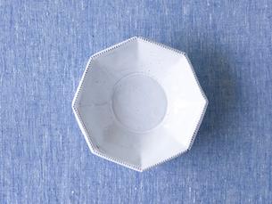 青い布と白い皿の写真素材 [FYI01605127]