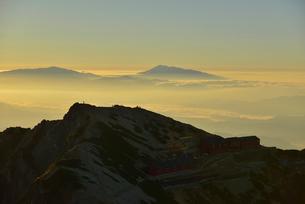 尾根に立つ登山者と山小屋の写真素材 [FYI01605176]