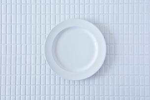 白いタイルと白い皿の写真素材 [FYI01605185]
