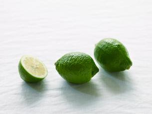 青いレモンの写真素材 [FYI01605189]