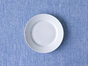 青い布と白い皿の写真素材 [FYI01605194]