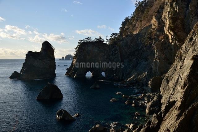 海岸に立つ岩の写真素材 [FYI01605201]