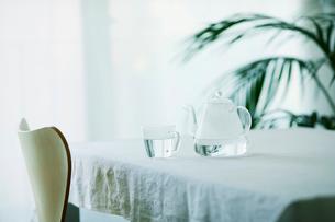 テーブルに置かれたティーポットとカップと観葉植物の写真素材 [FYI01605226]