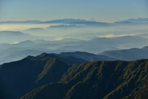 霞のかかった山並みの写真素材 [FYI01605262]