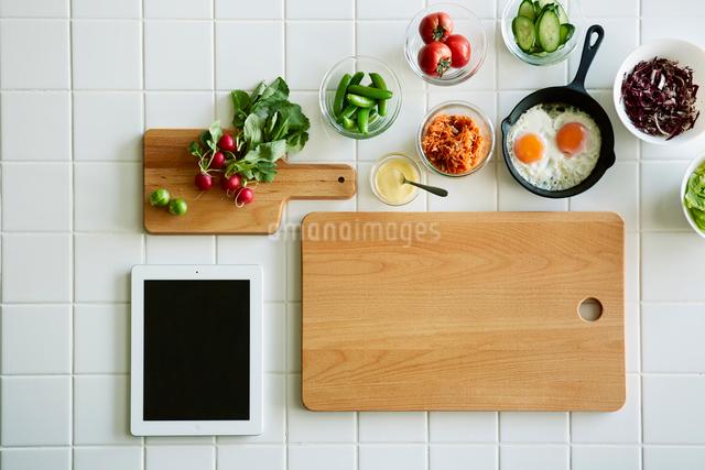 キッチンでサンドウィッチを作るの写真素材 [FYI01605279]