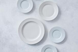 白とグレーで塗装された背景と白の皿の写真素材 [FYI01605283]