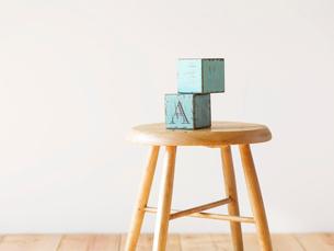 スツールと白い壁と木の床とおもちゃの写真素材 [FYI01605286]