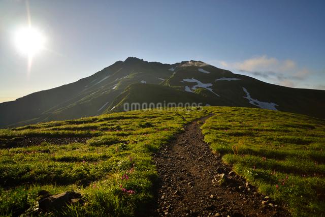 鳥海山と太陽の写真素材 [FYI01605291]