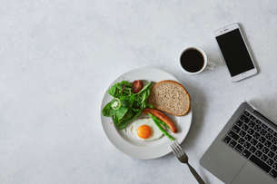 朝食とコーヒーとスマートフォンとノートパソコンの写真素材 [FYI01605293]
