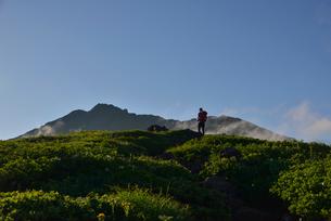 鳥海山に登る登山者の写真素材 [FYI01605296]