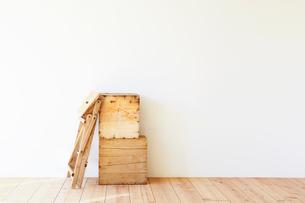 木の床と白い壁とワイン箱と脚立の写真素材 [FYI01605319]