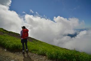 鳥海山を登る登山者の写真素材 [FYI01605349]