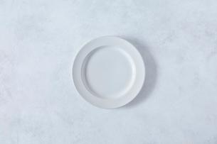 白とグレーで塗装された背景と白い皿の写真素材 [FYI01605357]