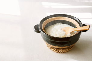 土鍋と白米の写真素材 [FYI01605375]