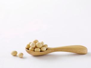 大豆と木のスプーンの写真素材 [FYI01605470]