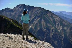 五竜岳と山ガールの写真素材 [FYI01605475]