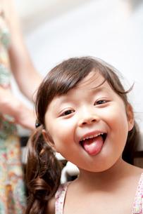 舌を出して微笑む女の子の写真素材 [FYI01605485]