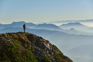 山頂に立つと山ガールの写真素材 [FYI01605509]