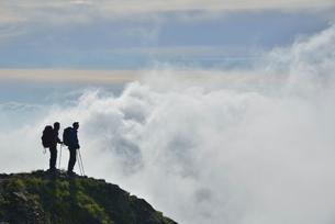 登山者と雲の写真素材 [FYI01605513]