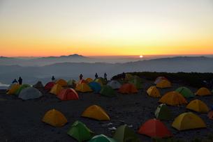 蝶ヶ岳のテント場から見る日の出の写真素材 [FYI01605517]