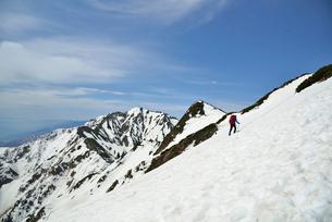 山頂に向けて登る登山者の写真素材 [FYI01605525]
