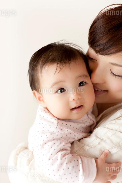赤ちゃんを抱っこして頬ずりするお母さんの写真素材 [FYI01605564]