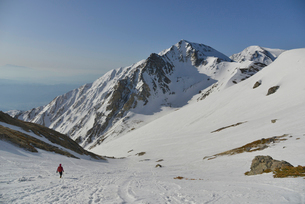 雪山と登山者の写真素材 [FYI01605575]