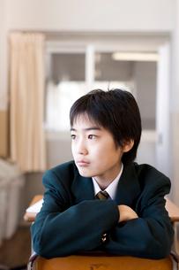 学校の教室で制服を着た中学生の写真素材 [FYI01605578]