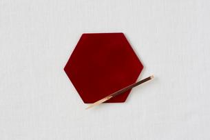 白い布と赤い皿と黒文字の写真素材 [FYI01605590]