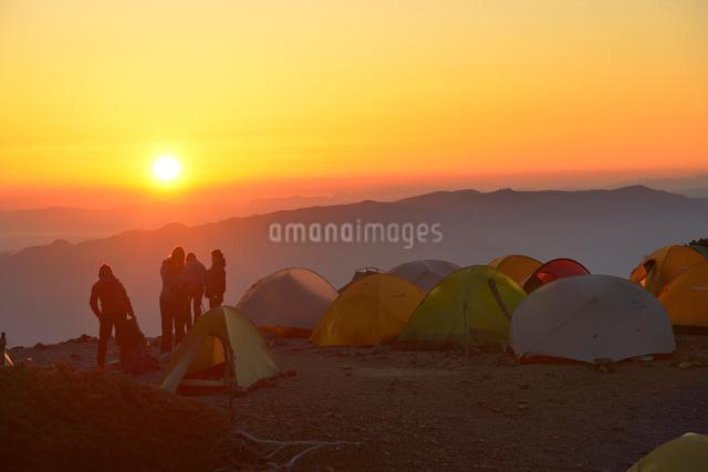 蝶ヶ岳のテント場から見る日の出の写真素材 [FYI01605606]