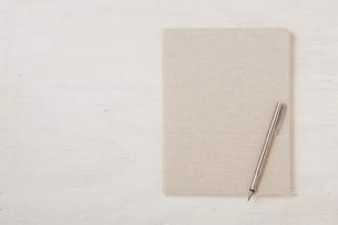 ノートと机とペンの写真素材 [FYI01605694]