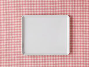 ピンクのチェックの布と白い皿の写真素材 [FYI01605733]