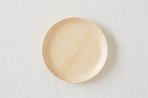 白い布と木の皿の写真素材 [FYI01605751]
