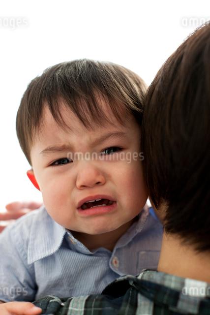お母さんの抱っこで泣く子どもの写真素材 [FYI01605752]