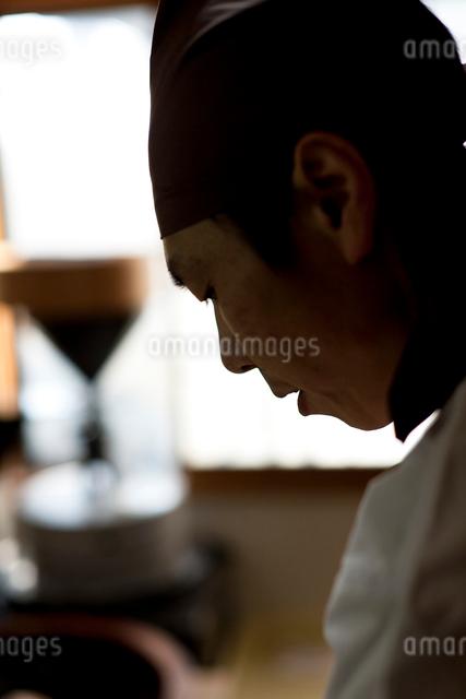仕事をする料理人の真剣な横顔の写真素材 [FYI01605898]