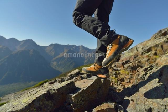 登山をしている人の脚と靴の写真素材 [FYI01605905]