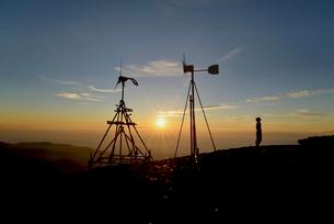 朝日と登山者の写真素材 [FYI01605912]