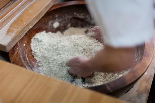 器に入ったそば粉を練るそば職人の手の写真素材 [FYI01605920]