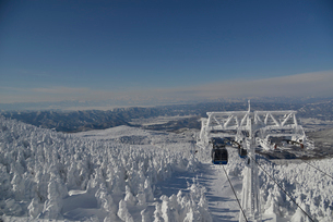 蔵王の樹氷とロープウェイの写真素材 [FYI01605927]