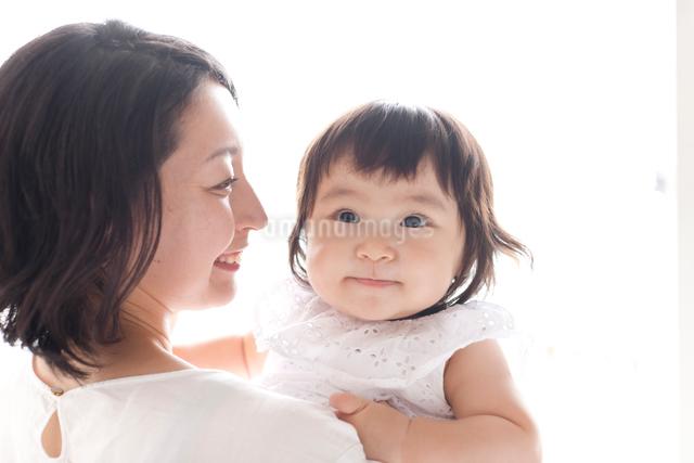 お母さんに甘えて抱っこされごきげんに笑う赤ちゃんの写真素材 [FYI01605942]