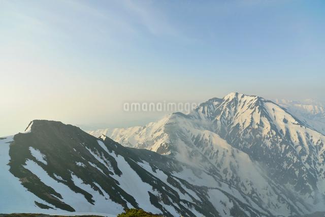 朝日に照らされる五竜岳の写真素材 [FYI01605967]