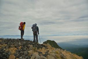 赤岳の山頂に立つ登山者の写真素材 [FYI01606045]
