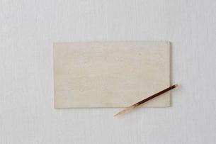 白い布と白い皿とクロモジの写真素材 [FYI01606063]