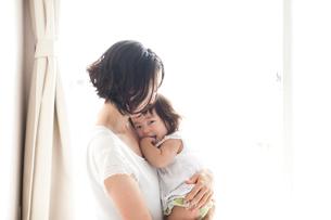 お母さんに甘えて抱っこされごきげんに笑う赤ちゃんの写真素材 [FYI01606077]